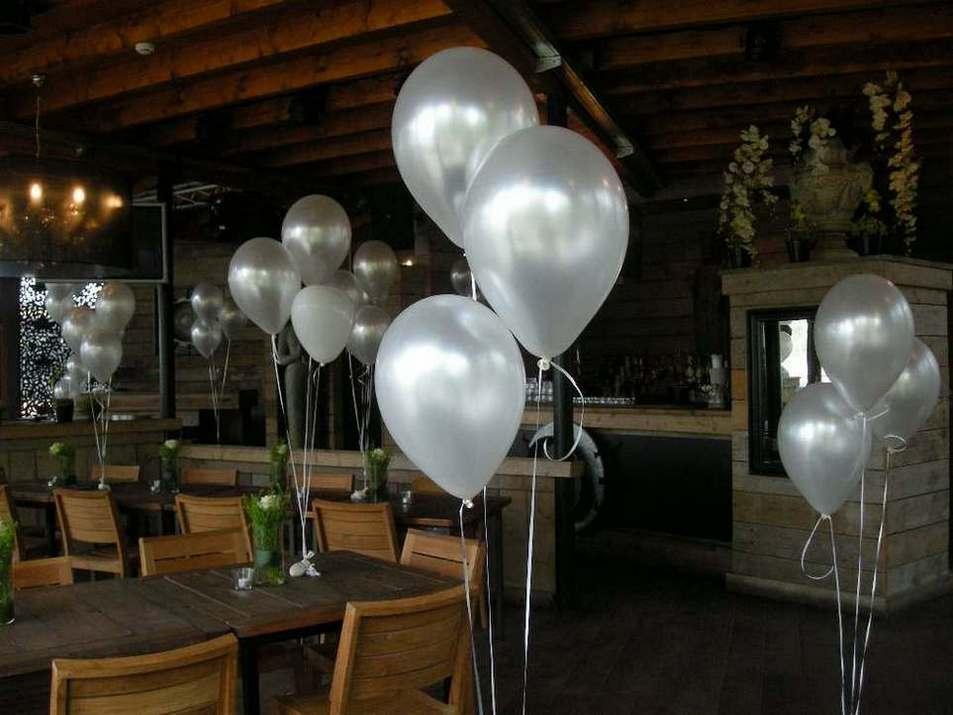 Ballondecoratie in de kerk voor een bruiloftesl eslevents for Ballonnen tafels